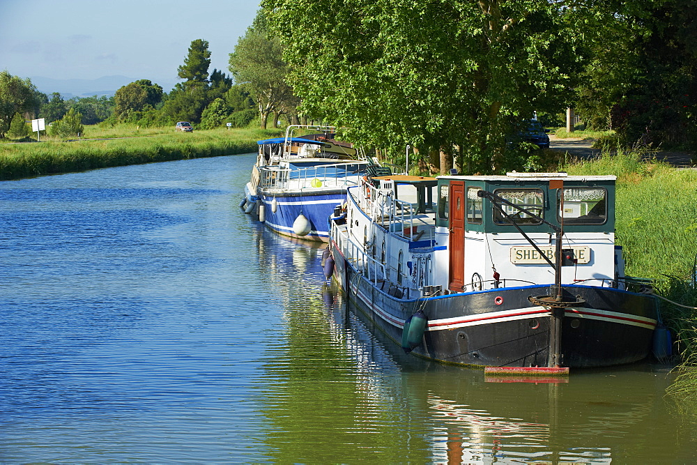 Navigation on the Canal du Midi between Carcassone and Beziers, UNESCO World Heritage Site, Aude, Languedoc Roussillon, France, Europe