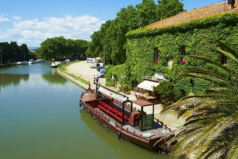 Barge for tourists, Le Somail, Navigation on the Canal du Midi, between Carcassone and Beziers UNESCO World Heritage Site, Aude, Languedoc Roussillon, France, Europe