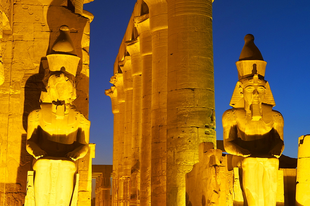 Great Court of Ramesses II and colossal statues of Ramesses II, Temple of Luxor, Thebes, UNESCO World Heritage Site, Egypt, North Africa, Africa