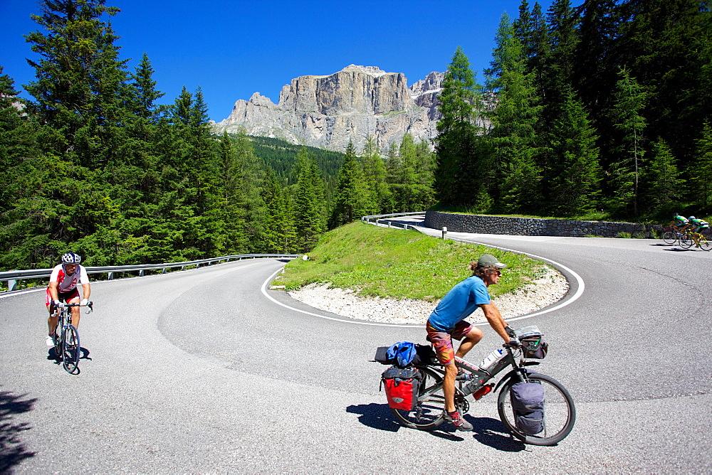 Cyclists, Sella Pass, Trento and Bolzano Provinces, Trentino Alto Adige/South Tyrol, Dolomites, Italy, Europe