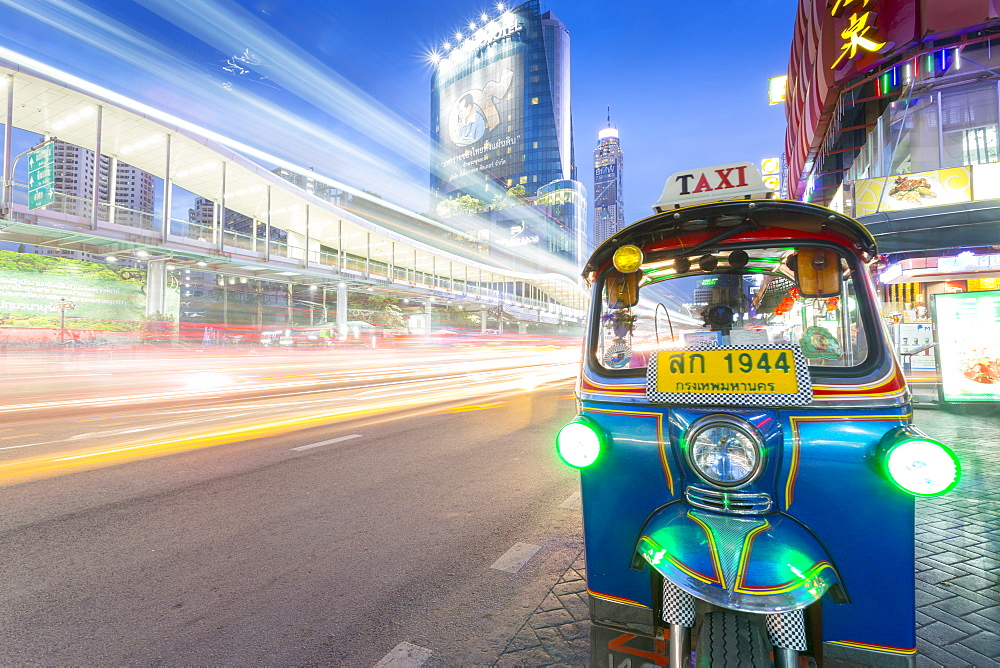 Traffic and Tuk Tuk on Ratchadamri Road, Bangkok, Thailand, Southeast Asia, Asia