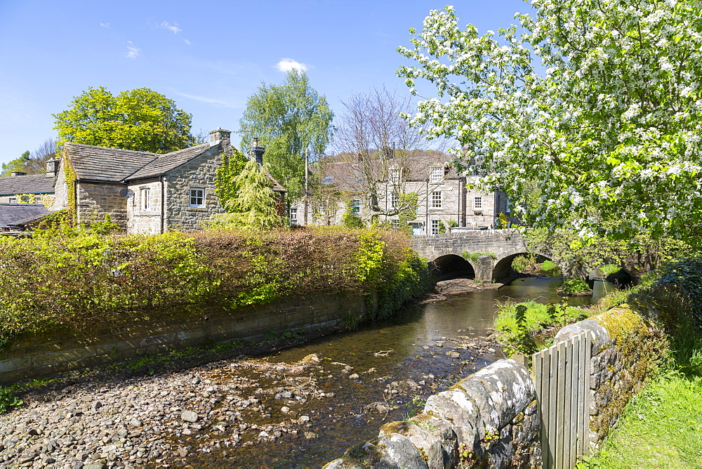 Riverside Cottages in Baslow in springtime, Derbyshire Dales, Derbyshire, England, United Kingdom, Europe