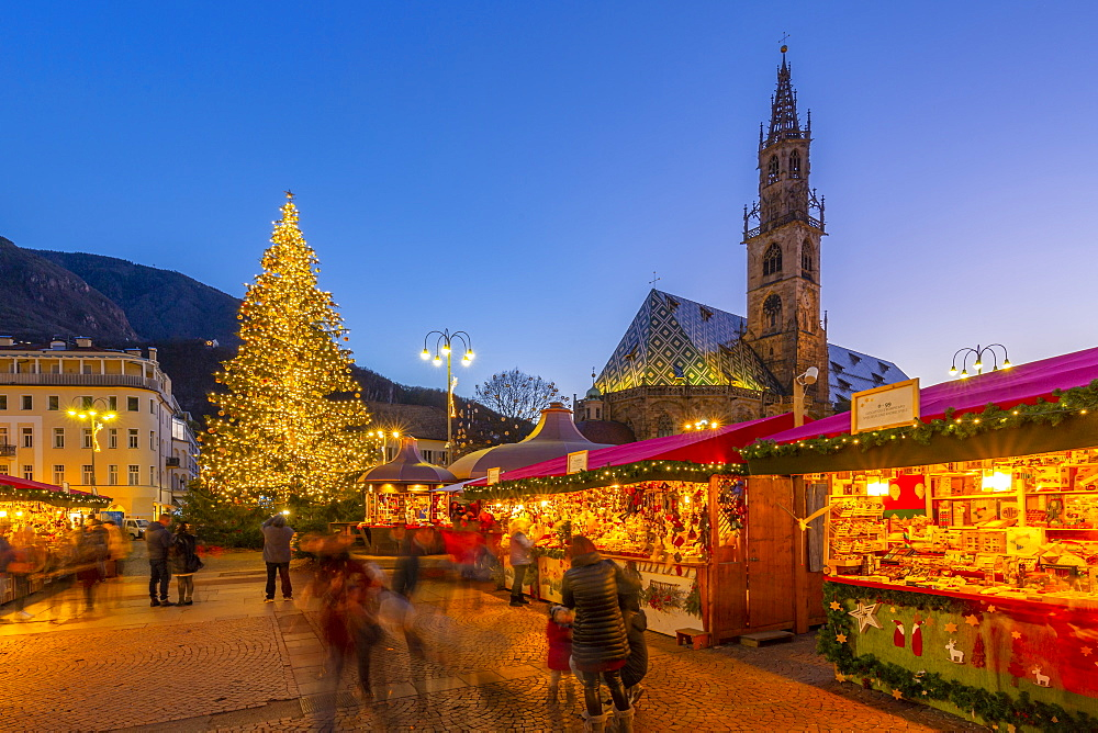 View of Maria Himmelfahrt Cathedral and Christmas Market in Waltherplatz, Bolzano, Province of Bolzano, Italian Dolomites, Italy, Europe