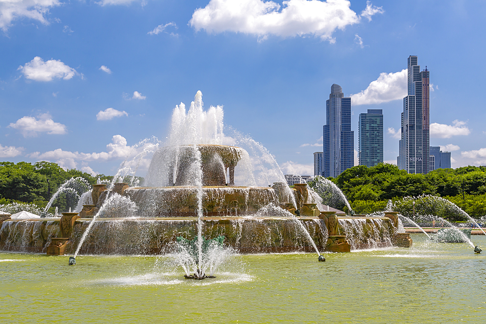 The Buckingham Fountain and city skyline, Chicago, Illinois, United States of America, North America