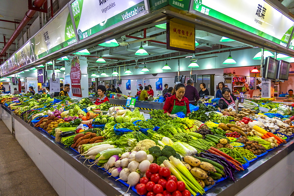 View of vegetable stall in busy market, Huangpu, Shanghai, China, Asia