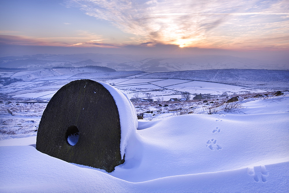 The last rays of sun on the snow and millstones of Stanage Edge, Derbyshire, England, United Kingdom, Europe - 847-155