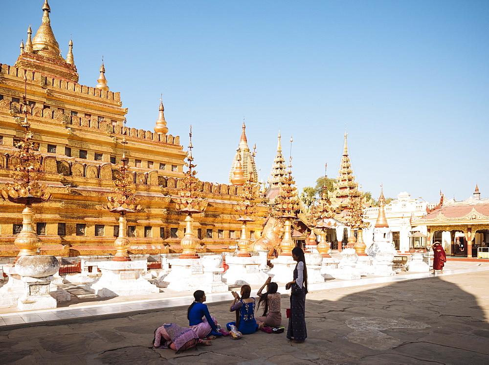 Shwezigon Pagoda, Nyaung-U, near Bagan (Pagan), Mandalay Region, Myanmar (Burma), Asia