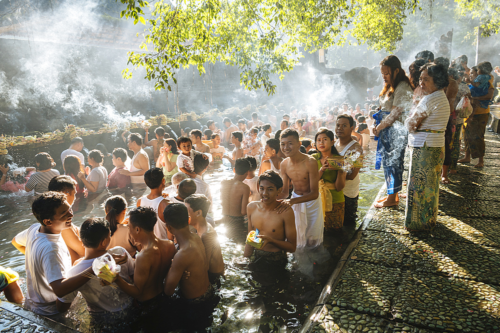 Pilgrims queuing to bathe in the sacred Tampaksiring Spring, Pura Tirta Empul Temple, Ubud, Bali, Indonesia, Southeast Asia, Asia - 848-1894