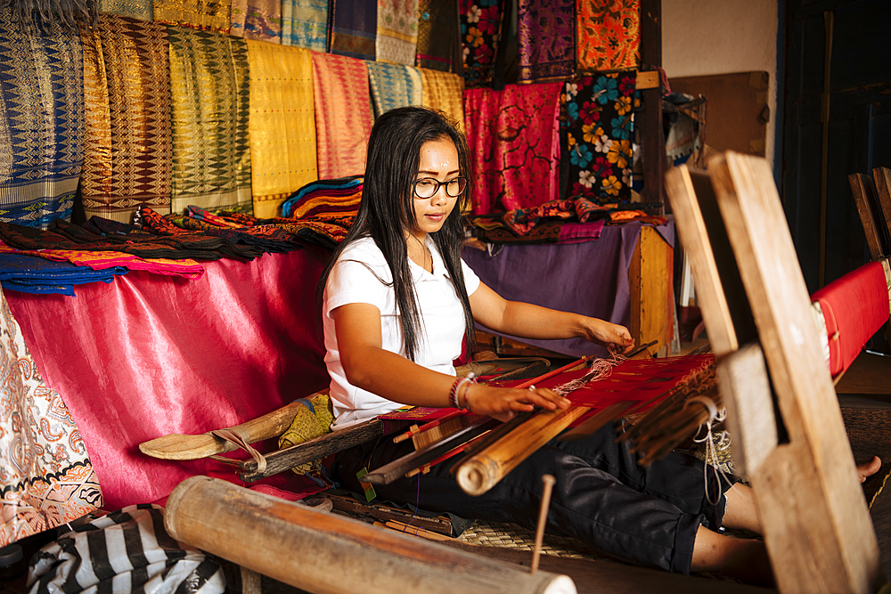 Girl weaving using traditional method, Sidemen, Bali, Indonesia, Southeast Asia, Asia