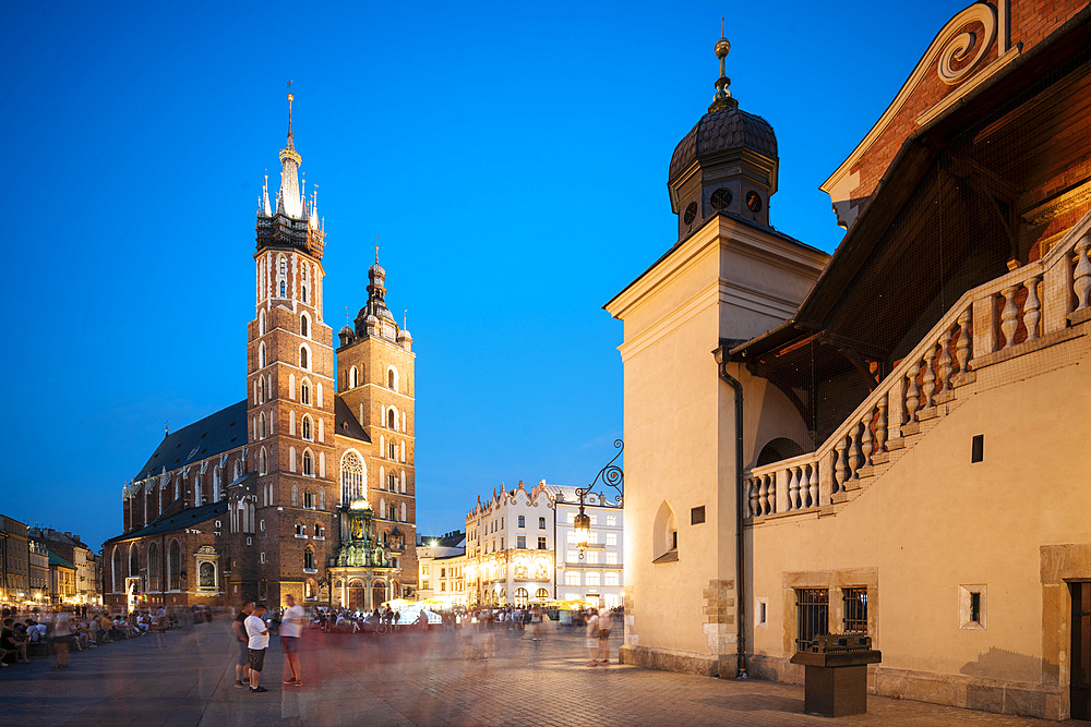 Exterior of Saint Mary's Basilica (Bazylika Mariacka) in Market Square (Rynek Glowny) at night, UNESCO World Heritage Site, Krakow, Malopolskie, Poland, Europe - 848-1940