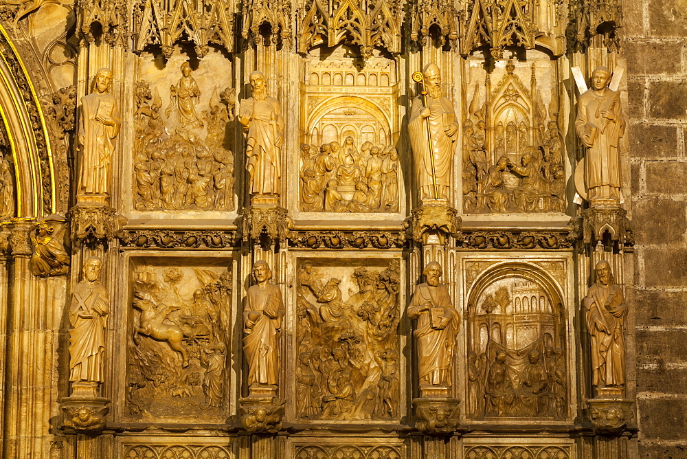 Gothic stone carvings inside the Chapter House of the Holy Grail of Metropolitan Cathedral-Basilica of the Assumption of Our Lady of Valencia (Iglesia Catedral-Basilica Metropolitana de la Asuncion de Nuestra Senora de Valencia), Valencia, Spain, Europe