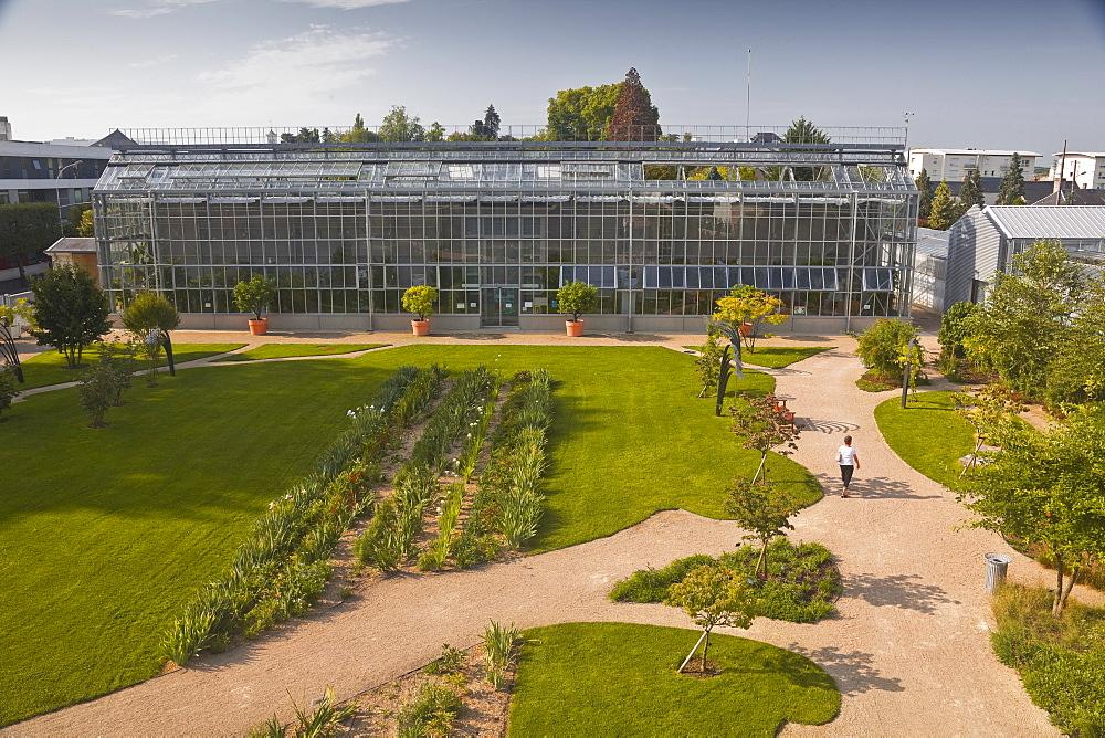 The huge greenhouse in the Jardins Botanique (Botanical Gardens), Tours, Indre et Loire, Centre, France, Europe