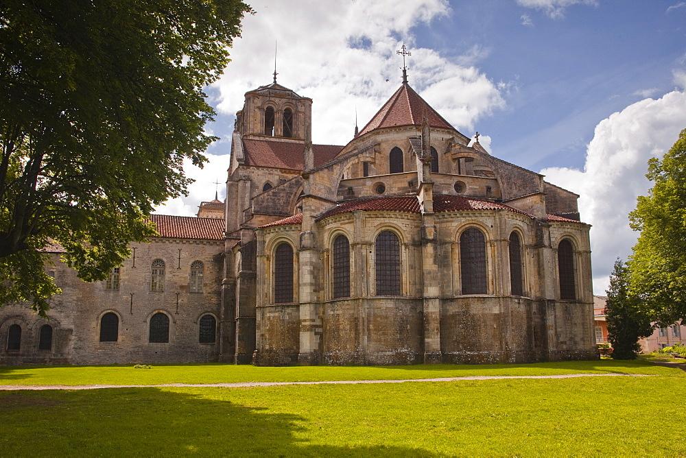 La Basilique of Sainte Madeleine de Vezelay, an 11th century Benedictine Monastery, UNESCO World Heritage Site, Yonne, Burgundy, France, Europe