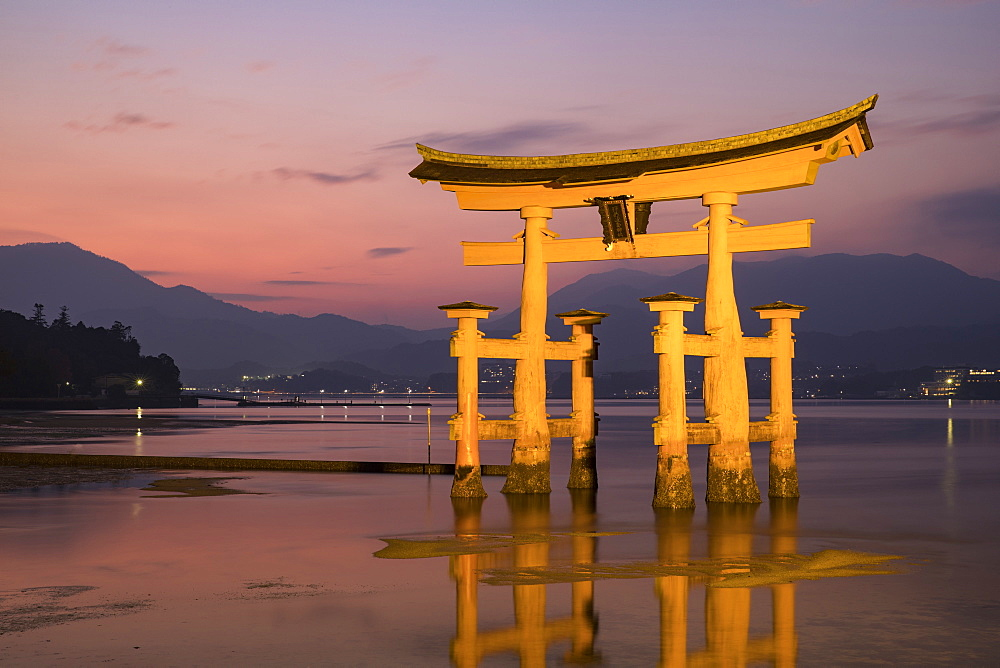 Itsukushima Shrine torii gate, UNESCO World Heritage Site, Miyajima, Hiroshima Prefecture, Japan, Asia