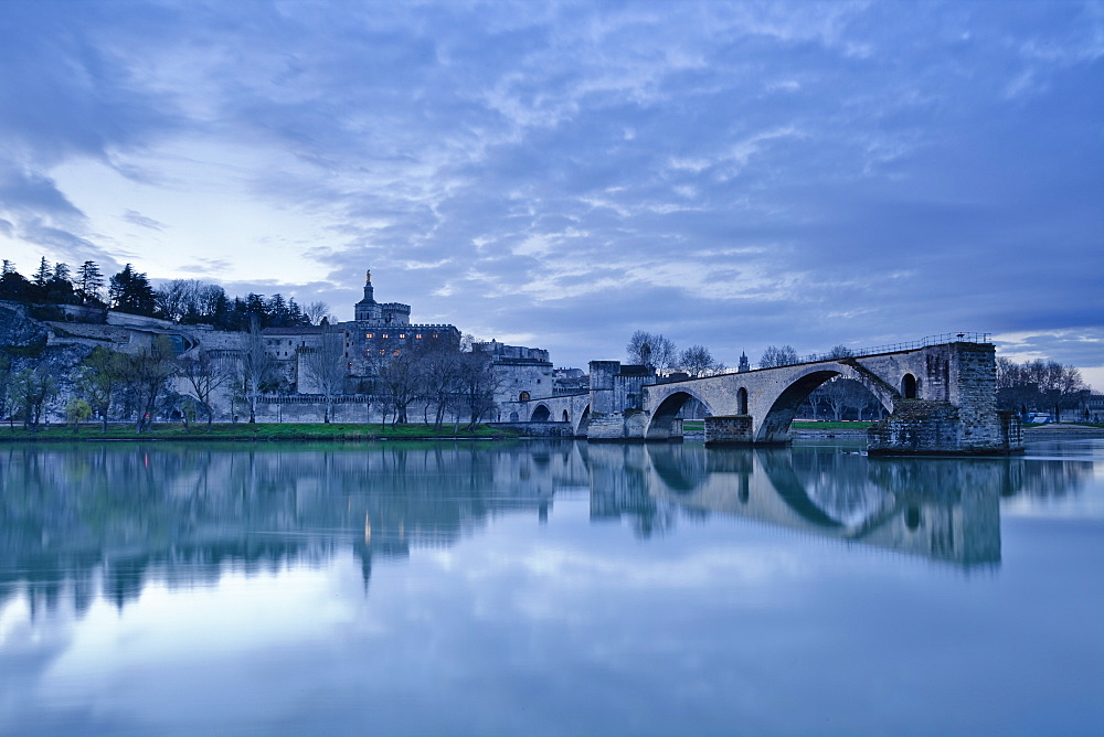 Saint-Benezet bridge dating from the 12th century, and the Palais des Papes, UNESCO World Heritage Site, across the Rhone river, Avignon, Vaucluse, France, Europe