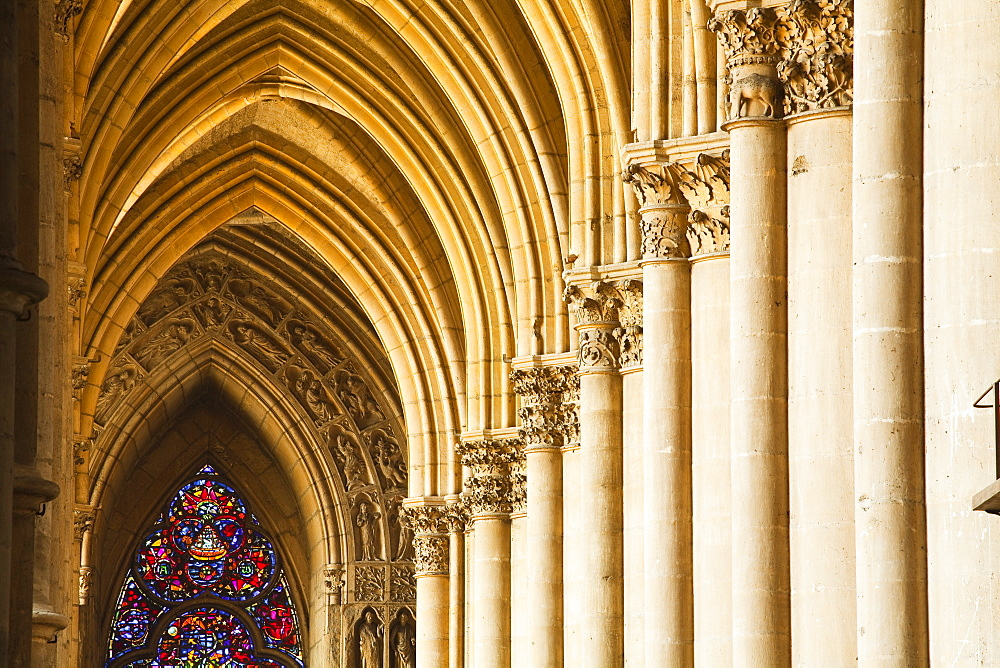 Gothic arches and capitals inside the Notre Dame de Reims cathedral, UNESCO World Heritage Site, Reims, Champagne-Ardenne, France, Europe