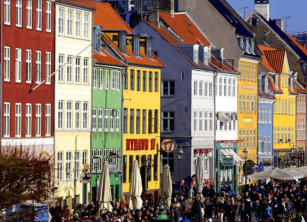 Nyhavn (New Harbour), busy restaurant and bar area, Copenhagen, Denmark, Scandinavia, Europe