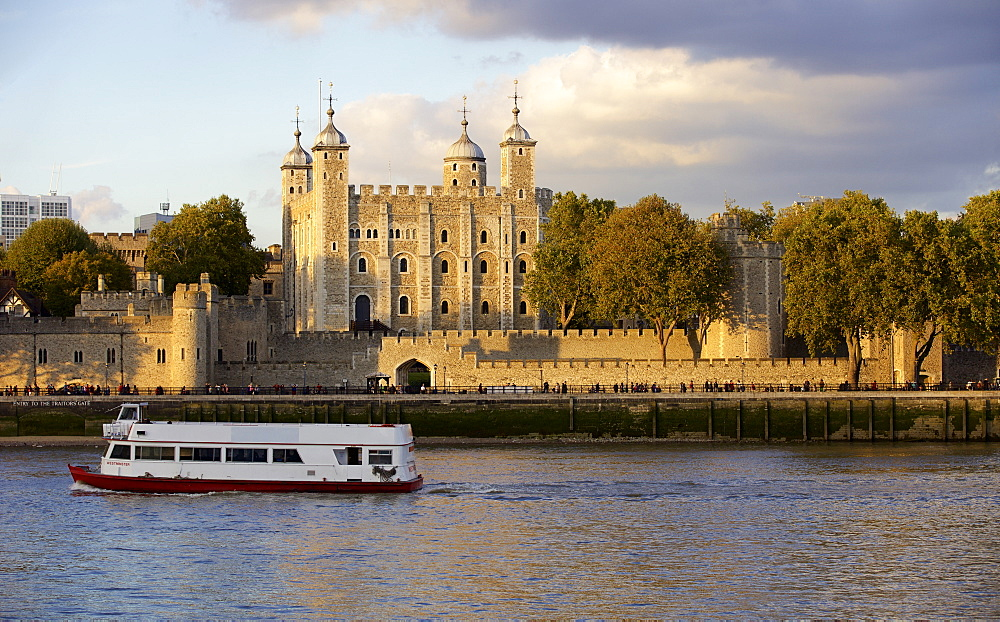 Tower of London, UNESCO World Heritage Site, and the River Thames in the evening, London, England, United Kingdom, Europe - 851-599