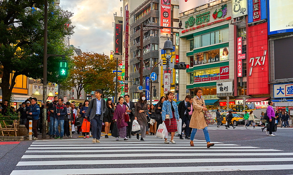 Crowds crossing the road at the Shibuya Crossing, Tokyo, Japan, Asia - 851-822