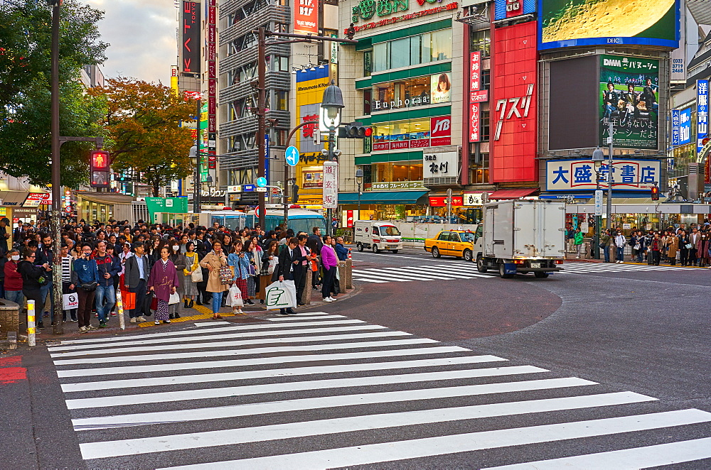 Crowds wating to cross the Shibuya Crossing, Tokyo, Japan, Asia - 851-825