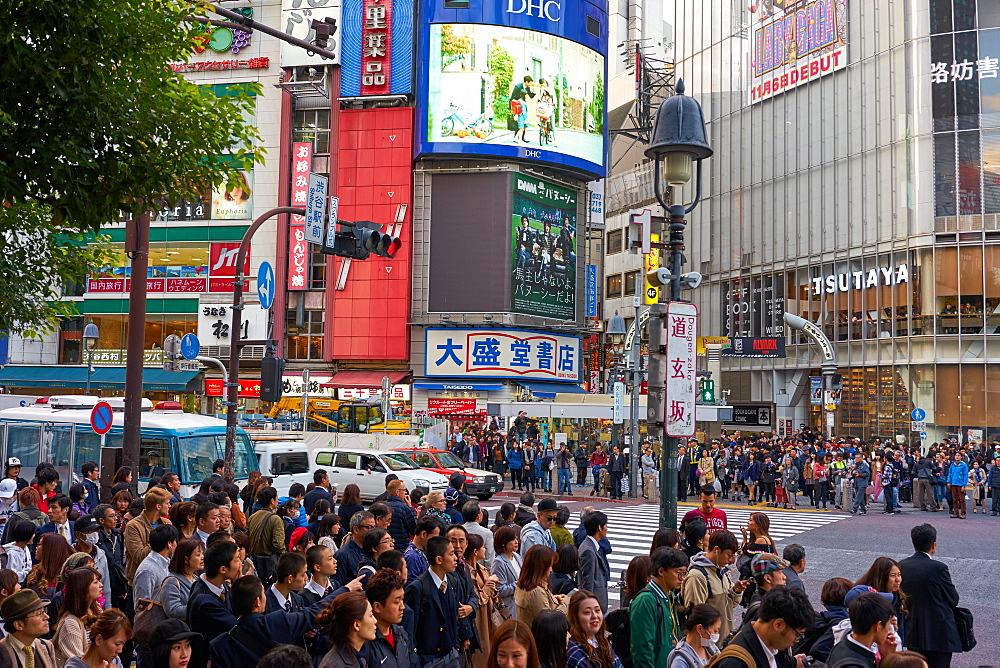 Crowds wating to cross the Shibuya Crossing, Tokyo, Japan, Asia - 851-826