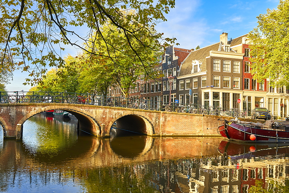 Houses and bridge where Keizersgracht meets Brouwersgracht, Amsterdam, North Holland, The Netherlands, Europe - 851-917