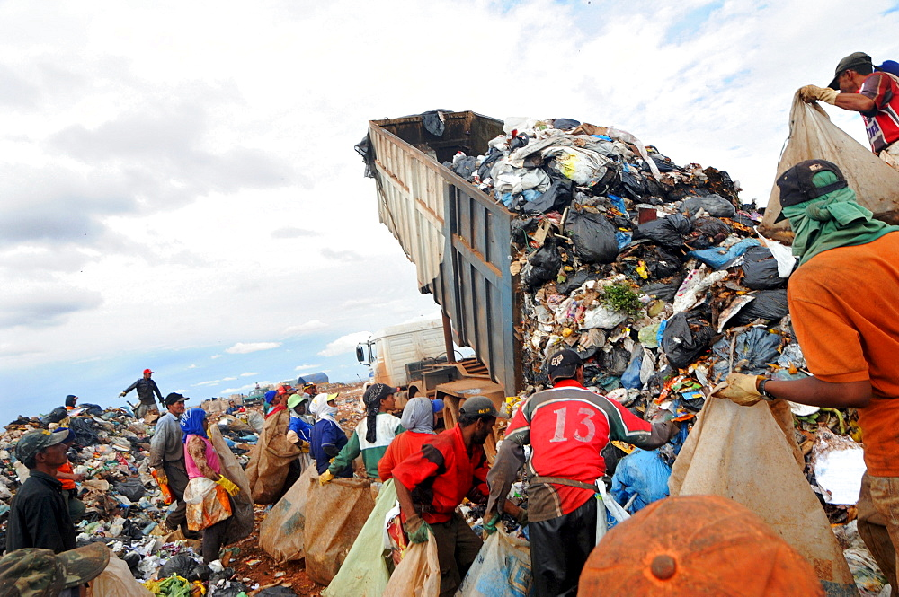 Garbage recycling in Brasilia, Brazil. - 857-53718