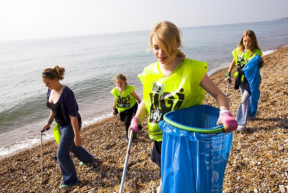 UK - Littlehampton - Volunteers move down the beach collecting debris during the International Costal Clean-up effort. - 857-53891