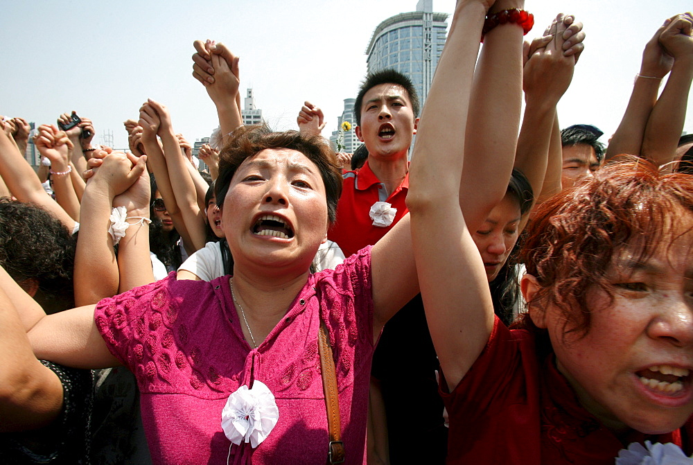 Chinese mourners shout nationalist slogans after a three minute silence to grieve Sichuan's earthquake victims in Chengdu's central square.