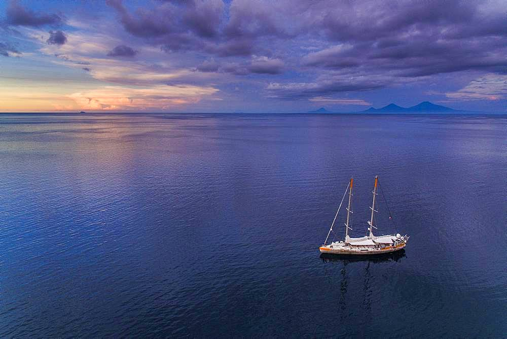 Tara Pacific expedition - november 2017 Tara in Kimbe Bay, papua New Guinea, H: 103,6 m, mandatory credit line: Photo: Christoph Gerigk, drone pilot: Guillaume Bourdin - Tara Expeditions Foundation