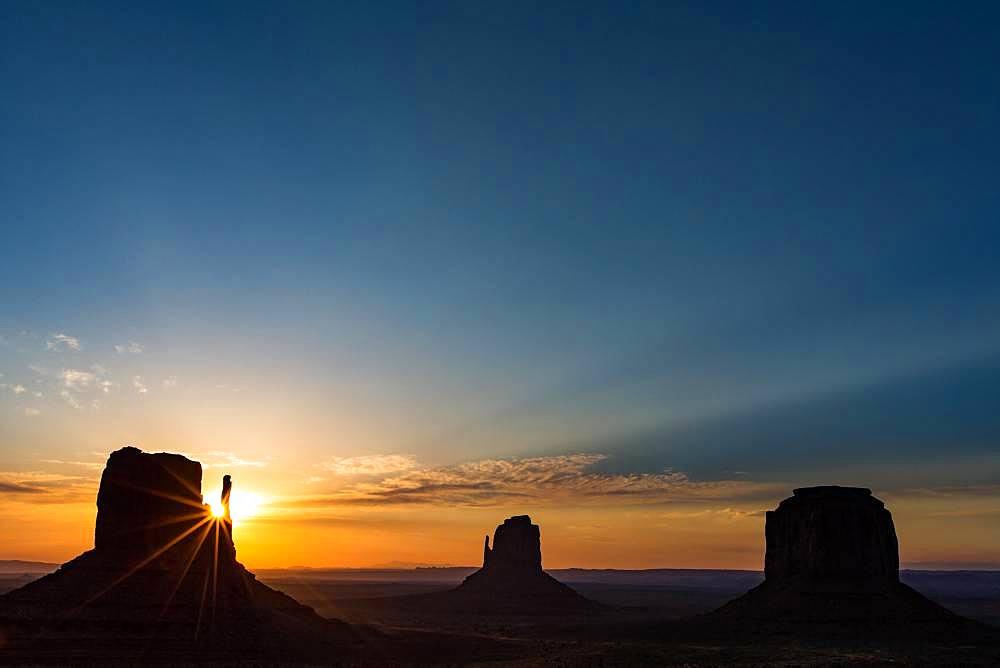 Sunrise at Monument Valley). Arizona, Utah, USA.