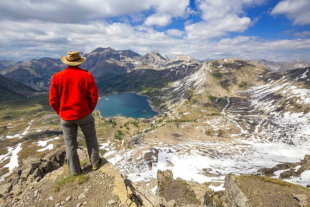 Hiker on the Tours du Lac, Lake Allos (2226 m) and in the background Mont Pelat (3051m), Haut-Verdon, Mercantour National Park, Alps, France