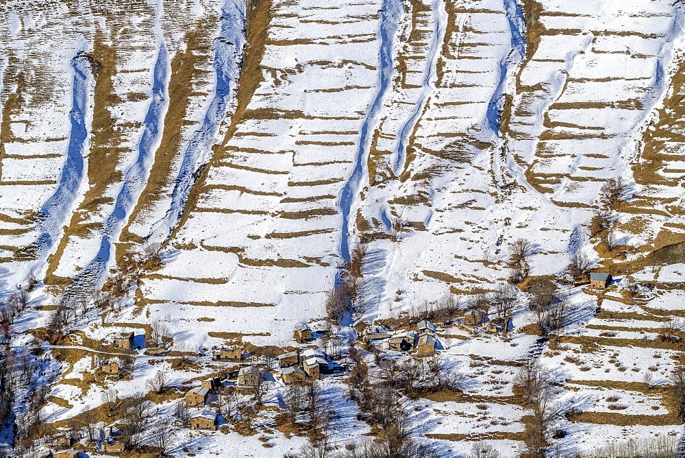 Hamlet of Bonnefin above Besse en Oisans in winter, Oisans Valley, Hautes Alpes, Francece hameau permettait d'enmontagner au printemps et d'exploiter les cultures de seigle et d'orge sur les terrasses encore bien visibles.