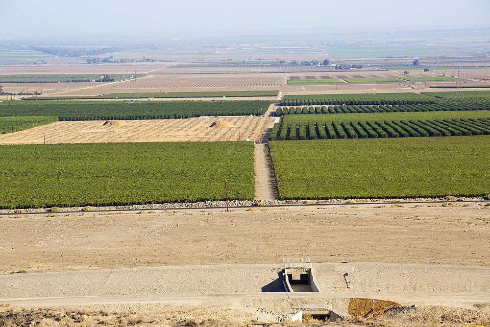 The California aquaduct that brings water from snowmelt in the Sierra Nevada mountains to famrland in the Central Valley. Following a four year long catastrophic drought, irrigation water is in short supply, with $2 billion annually wiped off the agricultre sector.