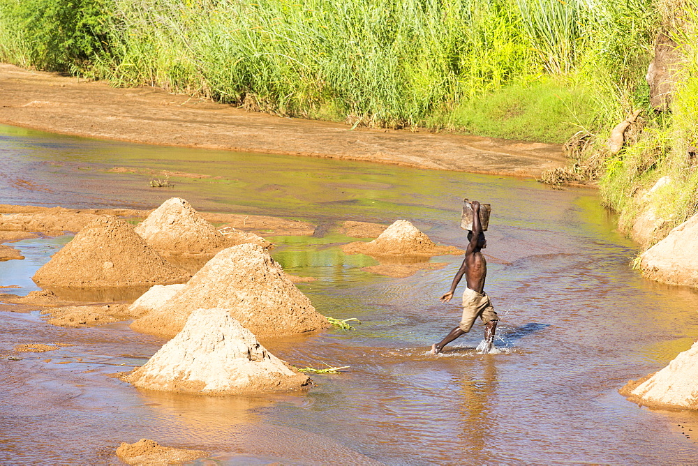 Workers extracting river sands and gravels from a river near Mangochi, Malawi, for use in house building. - 911-10929