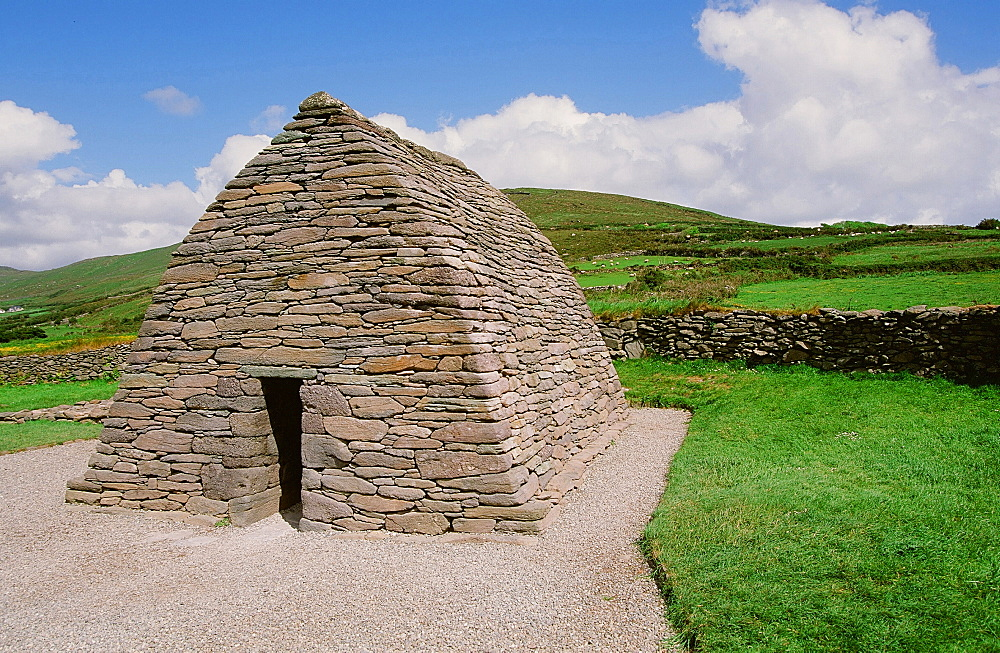 The Gallerus Oratory, one of the oldest buildings in Europe, County Kerry, Munster, Republic of Ireland, Europe