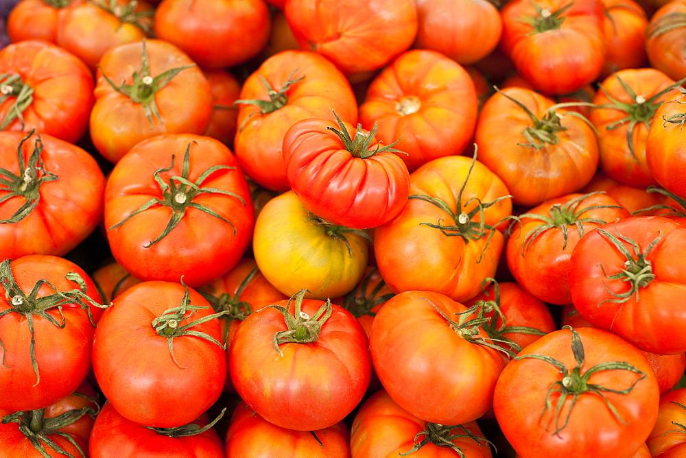 Fresh local tomatoes, Sunday morning markets. Pollenca, Tramuntana, Mallorca, Spain, Europe