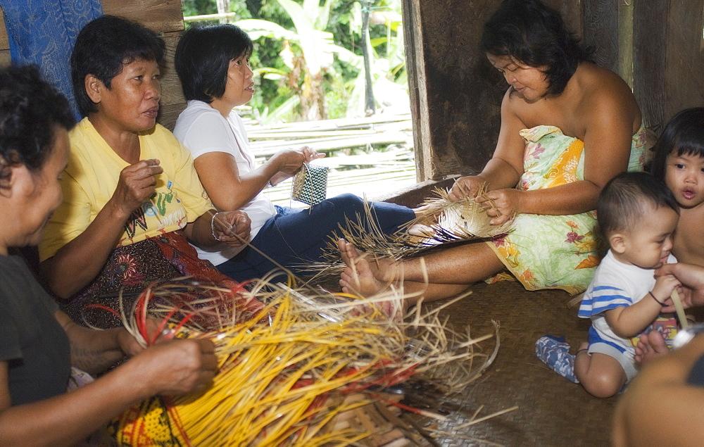 Tribe members, bamboo weave, making crafts, Iban Long House comunity. Kuching, Sarawak, Borneo, Malaysia, South-East Asia, Asia