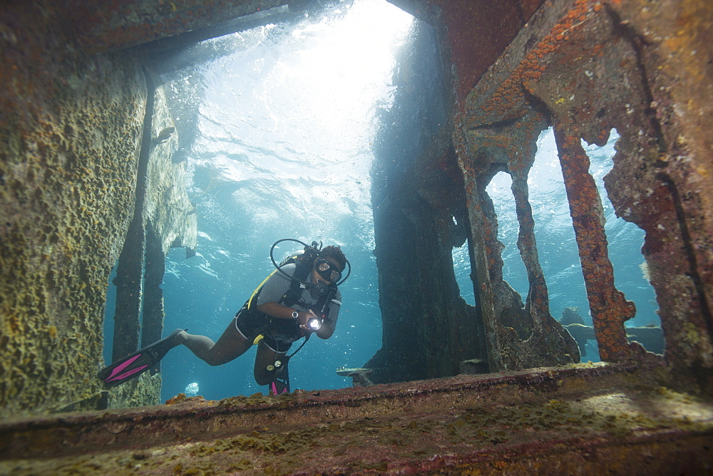 Diver diving on ship wreck in the Turks and Caicos Islands, West Indies, Central America - 934-736