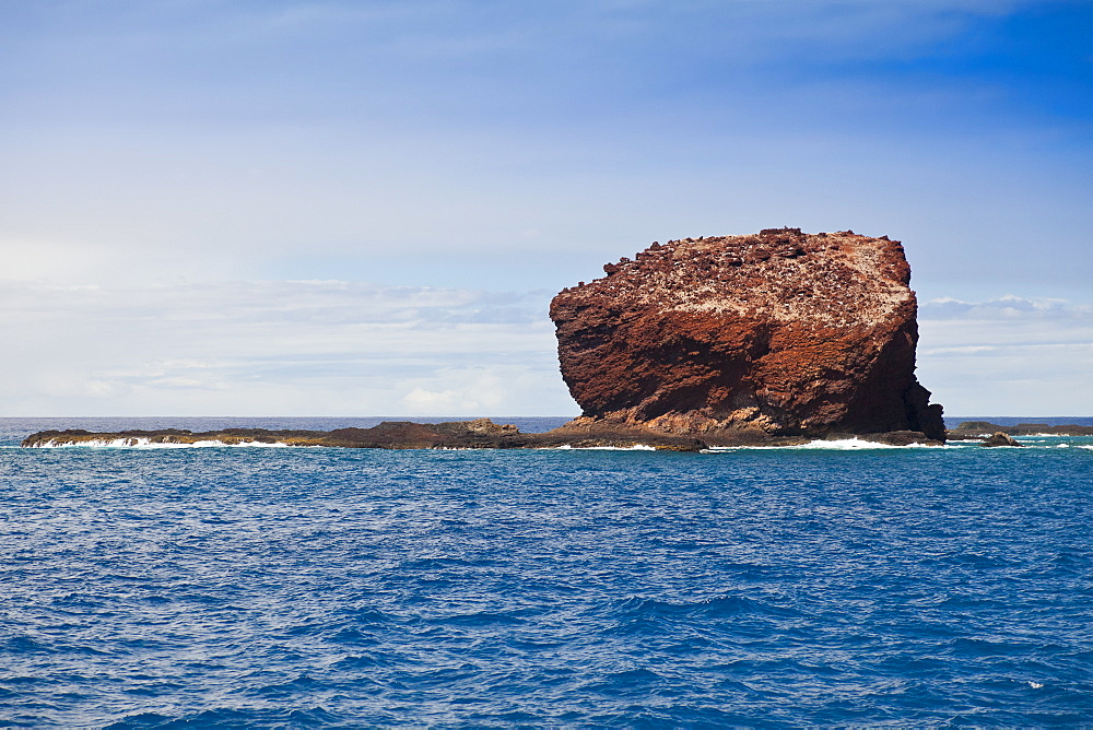 Puu Pehe aka Sweetheart Rock, Manele Bay, South Lāna'i, Lāna'i aka Pineapple Island because of its past as an island-wide pineapple plantation of Dole, the sixth-largest island of the Hawaiian Islands, Hawaii, USA, Pacific Ocean - 983-524