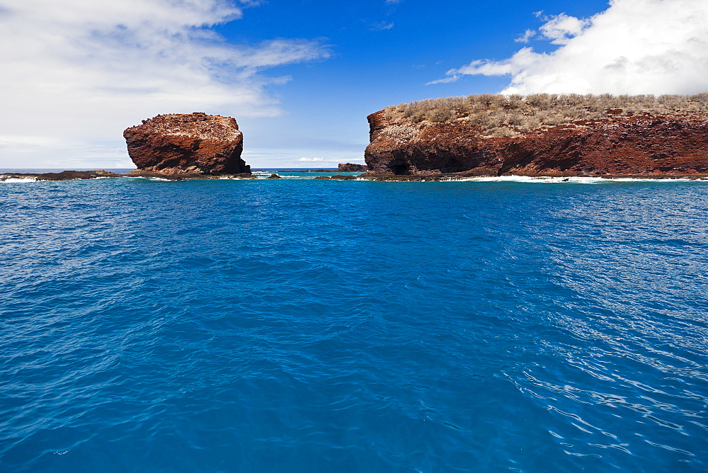 Puu Pehe aka Sweetheart Rock, Manele Bay, South Lāna'i, Lāna'i aka Pineapple Island because of its past as an island-wide pineapple plantation of Dole, the sixth-largest island of the Hawaiian Islands, Hawaii, USA, Pacific Ocean - 983-525