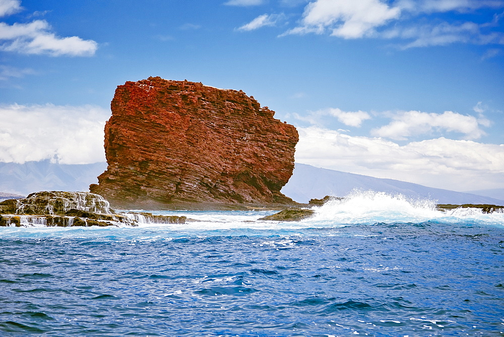 Pu'u Pehe aka Sweetheart Rock, Hulopoe Bay, South Lāna'i, Lāna'i aka Pineapple Island because of its past as an island-wide pineapple plantation of Dole, the sixth-largest island of the Hawaiian Islands, Hawaii, USA, Pacific Ocean - 983-546