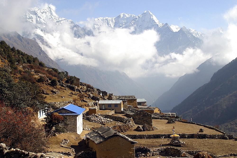 Himalayan Village. Nepal. - 986-61