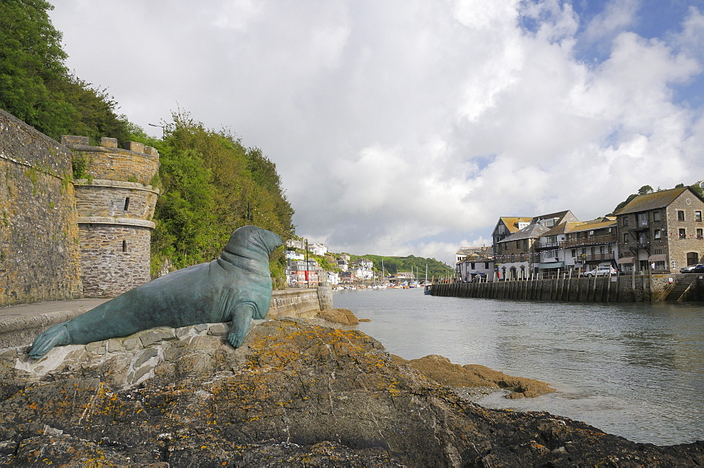 Bronze statue in memory of Nelson a bull grey seal who frequented Looe island and harbour, Looe, Cornwall, England, United Kingdom, Europe