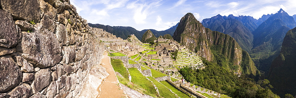 Machu Picchu Inca ruins and Huayna Picchu (Wayna Picchu), UNESCO World Heritage Site, Cusco Region, Peru, South America