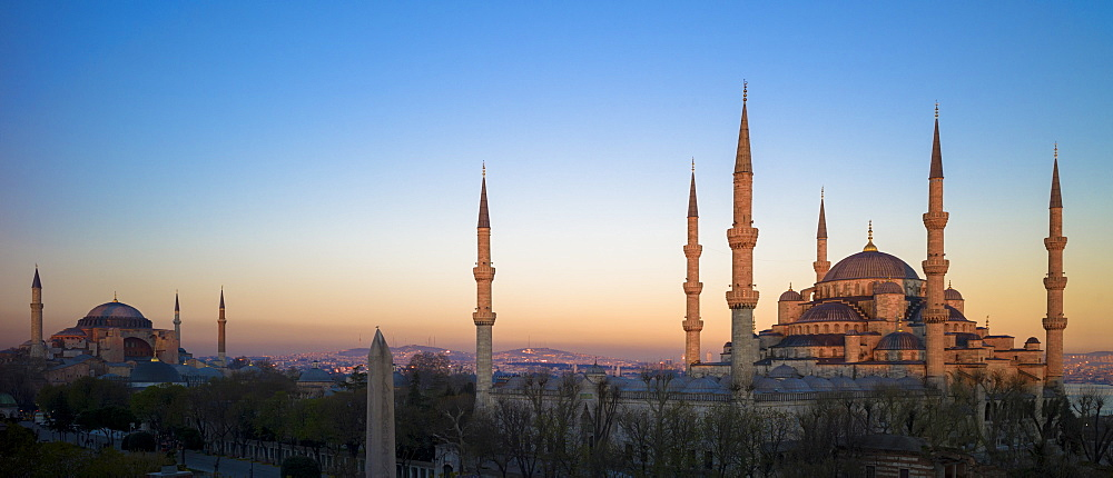 Sunset at The Blue Mosque (Sultanahmet Camii ) (Sultan Ahmet Mosque) (Sultan Ahmed Mosque), and Hagia Sophia museum monument, UNESCO World Heritage Site, Istanbul, Turkey, Europe