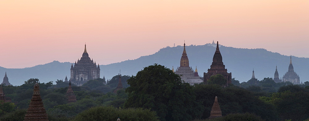View towards Old Bagan, with Ananda Temple pagoda and Thatbyinnyu Temple at sunset, Bagan (Pagan), Myanmar (Burma), Asia - 1170-133