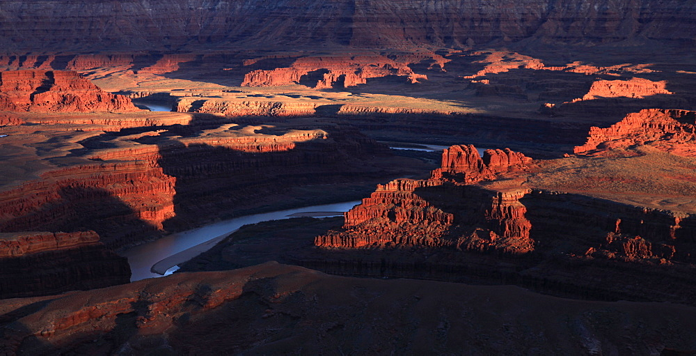 The Colorado River makes a huge S-bend under Deadhorse Point, a famous viewpoint across Canyonlands National Park, near Moab, Utah, United States of America, North America