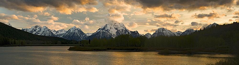 Snake River in front of Teton Range, Oxbow Bend, Grand Teton National Park, Wyoming, USA, North America