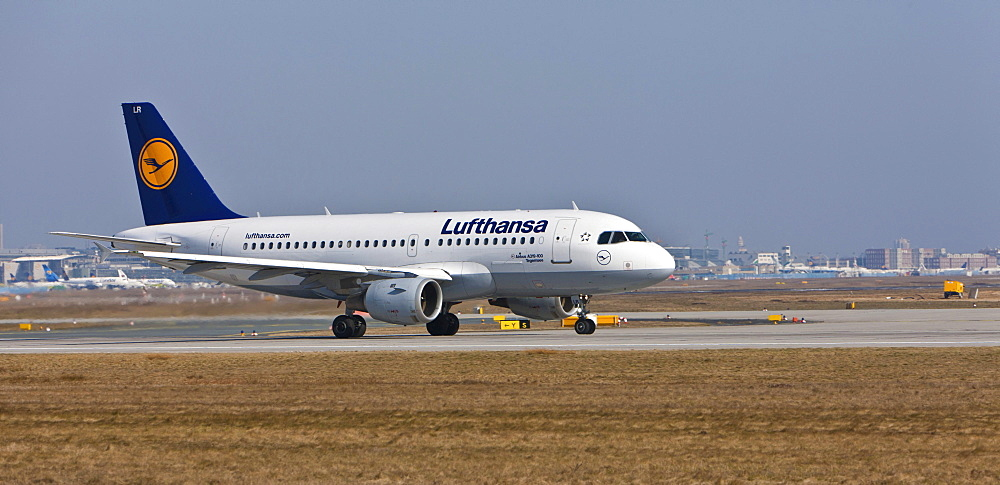 Lufthansa Airbus A319 during take-off at Frankfurt Airport, Frankfurt, Hesse, Germany, Europe